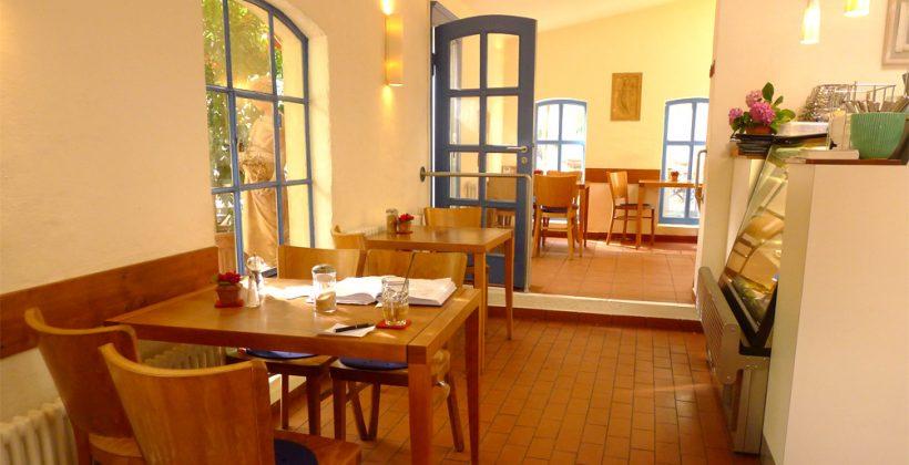 Café von innen mit Tischen