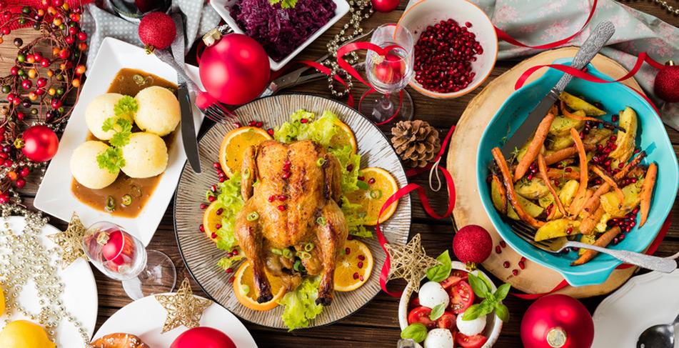 Weihnachtsbraten auf festlichem Tisch